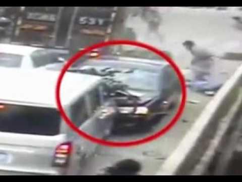 صوت الإمارات - بالفيديو حادث مروّع بسبب سعال مفاجئ لسائق سيّارة