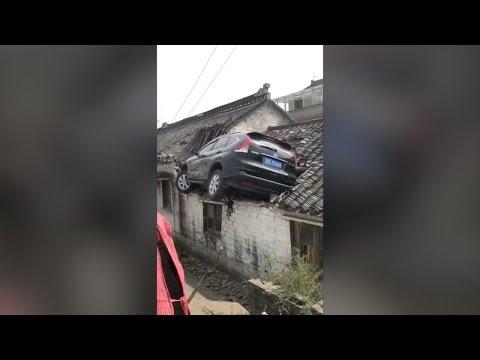 صوت الإمارات - بالفيديو حادث مروّع ينتهي بسيارة على سطح أحد المنازل