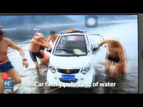 صوت الإمارات - لحظة إنقاذ أب وابنه سقطت سيارتهم فى بحيرة