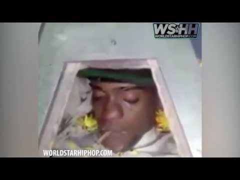 صوت الإمارات - شاهد مشيعون يضعون سيجارة حشيش في فم جثة سجين