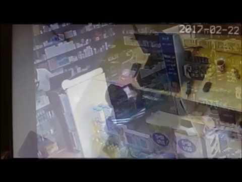 صوت الإمارات - شاهد لحظة سطو مسلح على صيدلية وسرقتها في السعودية