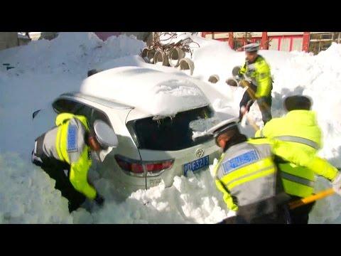 صوت الإمارات - شاهد الثلج يدفن 200 سيارة غرب الصين