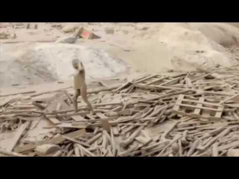 صوت الإمارات - شاهد سيدة تخرج من فيضان طيني قاتل بأعجوبة