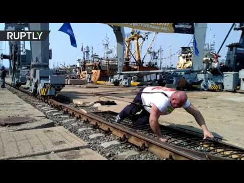 صوت الإمارات - شاهد بطل روسي يجر رافعة ميناء تزن 312 طنًا