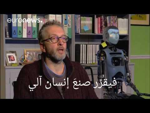 صوت الإمارات - شاهد إنسان آلي في بطولة عرض مسرحي