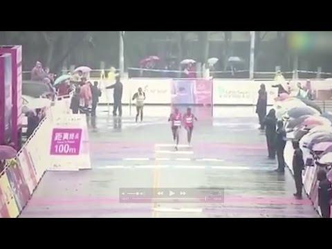 صوت الإمارات - شاهد سباق ماراثون ينتهي بخطأ طريف