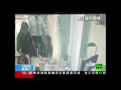 صوت الإمارات - شاهد موظف في بنك يُجازف بحياته لتحرير رهينة