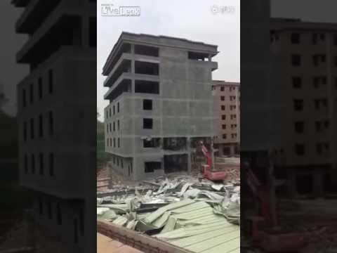 صوت الإمارات - لحظة سقوط مبنى فوق سائق لودر