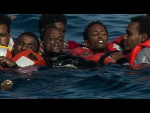 صوت الإمارات - شاهد انقلاب قارب يحمل أكثر من 500 مهاجر في البحر المتوسط