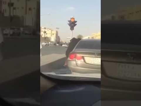 صوت الإمارات - شاهد مشادة كلامية تتحول لمشاجرة عنيفة بين فتاتين في السعودية