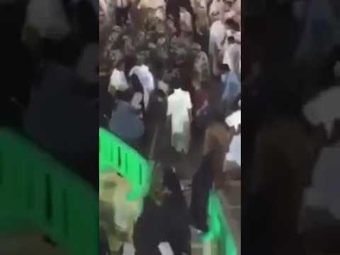 صوت الإمارات - شاهد لحظة القبض على المتطرف قبل تفجير نفسه بالمصلين داخل الحرم