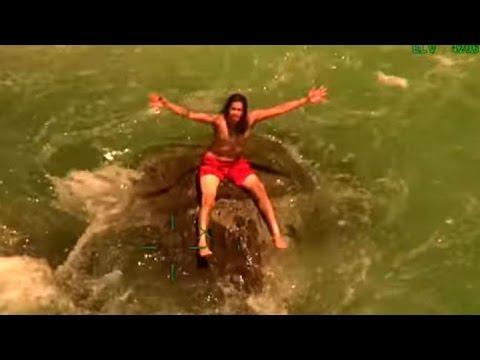 صوت الإمارات - لحظة إنقاذ سباح علق على صخرة في أحد الأنهار في كاليفورنيا
