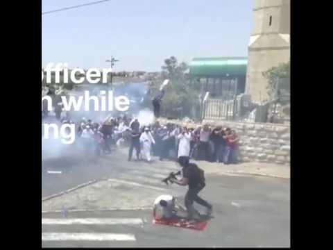 صوت الإمارات - شاهد جندي إسرائيلي يركل أحد المصلين في مدينة القدس