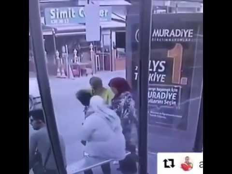 صوت الإمارات - شاهد امرأة بدينة تضع صديقتها في موقف محرج بالشارع