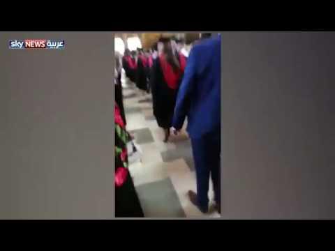 صوت الإمارات - شاهد رد فعل فتاة وجدت والدها يصور زميلتها في حفلة تخرجها