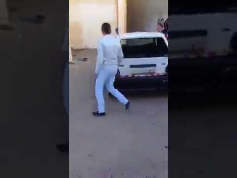 صوت الإمارات - شاهد طلاب مدرسة يقومون بتكسير سيارة معلمهم لأنه عاقبهم