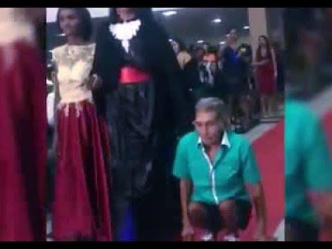 صوت الإمارات - شاهد أب يسير على يديه لحضور حفلة تخرج إبنته