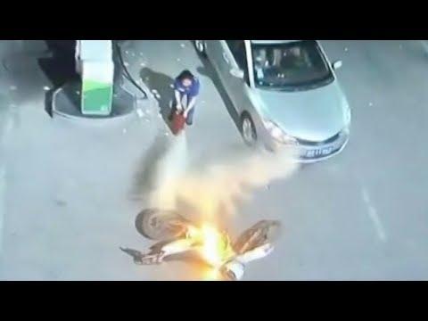 صوت الإمارات - لحظة اشتعال النيران في موتوسيكل داخل محطة بنزين