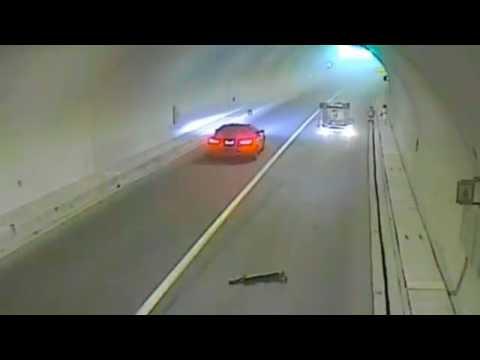 صوت الإمارات - شاهد لحظة نجاة سائق من الموت بعد انقلاب سيارته
