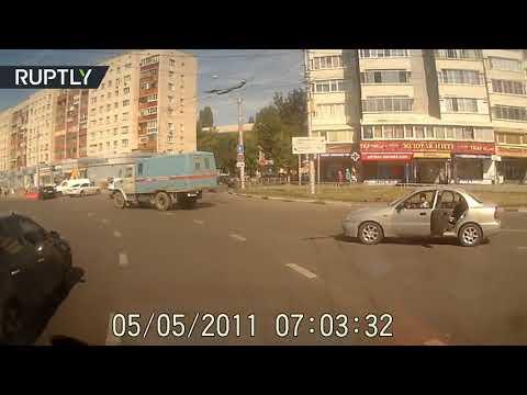 صوت الإمارات - شاهد حادثة مروّعة لسقوط طفل من سيارة أثناء سيرها