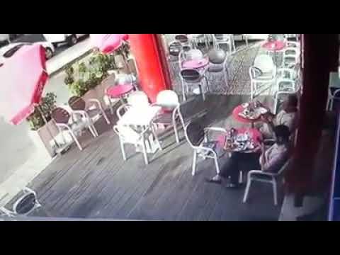 صوت الإمارات - لحظة سرقة لص لهاتف محمول من يد صاحبه