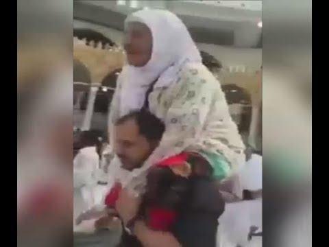 صوت الإمارات - شاهد مصري يحمل عجوزًا على كتفيه ويطوف بها حول الكعبة