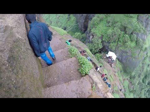 صوت الإمارات - شاهد شباب يخوضون مغامرة خطيرة على احدى قمم الجبال