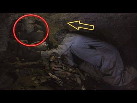 صوت الإمارات - عمال يفتحون مقبرة توت عنخ آمون لسرقتها