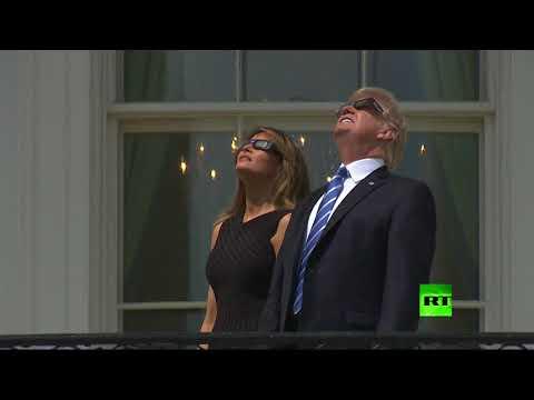 صوت الإمارات - ترامب وميلانيا يستمتعان بمشاهدة كسوف الشمس