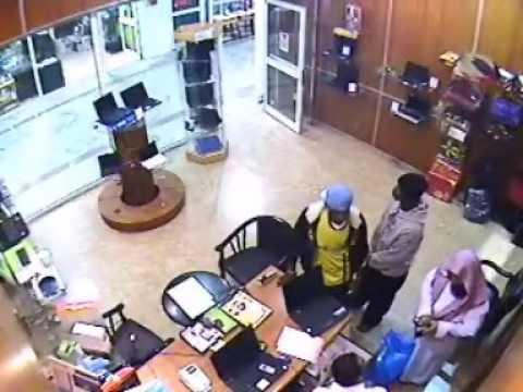 صوت الإمارات - لحظة سرقة لاب توب أمام عين البائع