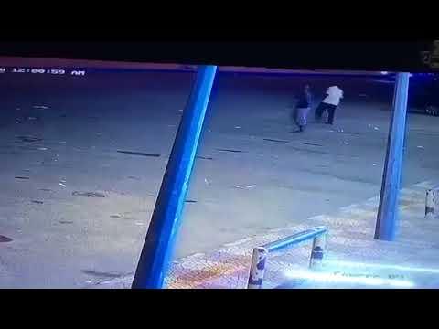 صوت الإمارات - لحظة اقتحام مراهقين محلا تجاريا ومحاولة دهس الحراس
