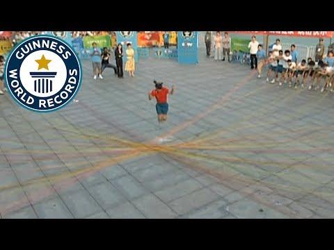 صوت الإمارات - شاهد فتاة صينية تقفز من فوق 110 حبلاً
