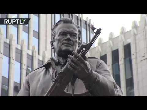 صوت الإمارات - شاهد إزاحة الستار عن تمثال ميخائيل كلاشينكوف في وسط موسكو