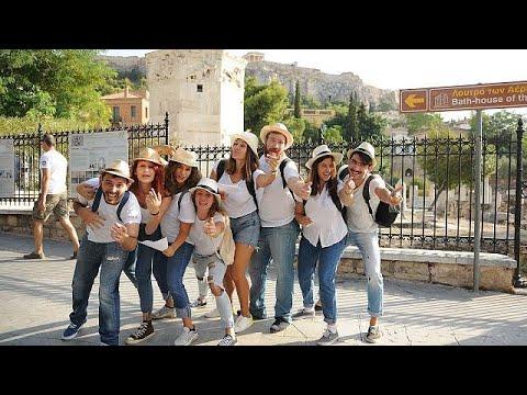 صوت الإمارات - شاهد فرقة ممثلين شباب يؤدون مسرحيات قصيرة خارج الآثار الشهيرة في أثينا