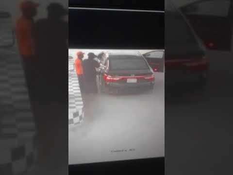 صوت الإمارات - شاهد لحظة اختطاف عامل محطة وقود وسرقته في الرياض