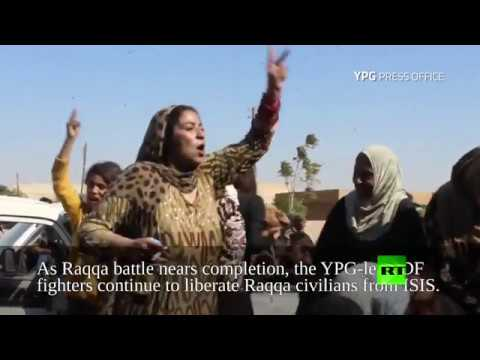 صوت الإمارات - فتاة تمزق ثيابها أمام الكاميرا فرحًا بهزيمة داعش في الرقة