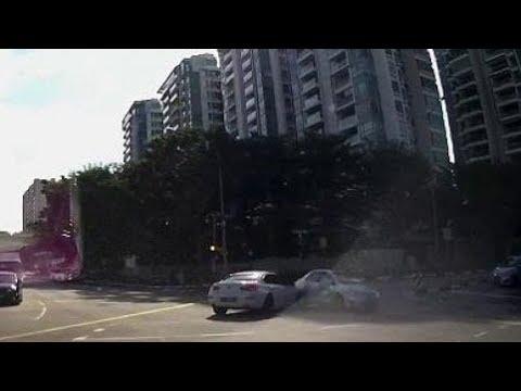 صوت الإمارات - شاهد شبح سيارة يظهر فجأة على الطريق