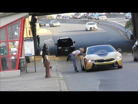 صوت الإمارات - شاهد فتاة تنهار أمام سيارة ذهبية لأحد الشباب