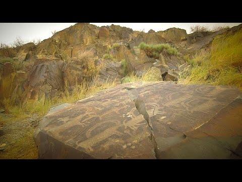 شاهد ممر تانبالي وصور محفورة في الصخور في آلماتي