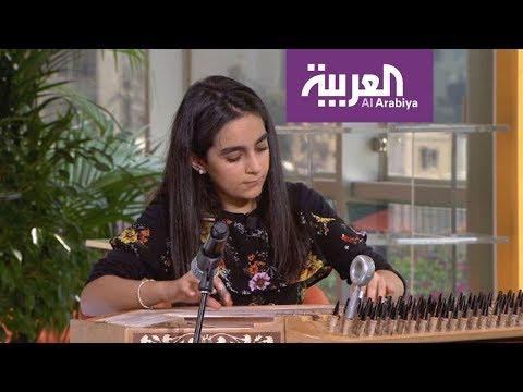 شاهد طفلة سورية تبرع في عزف القانون