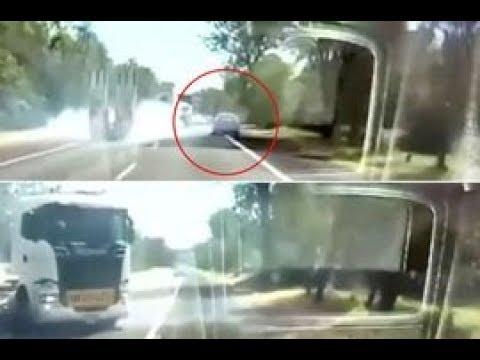 سائق محظوظ ينجو من الدهس أسفل لوري