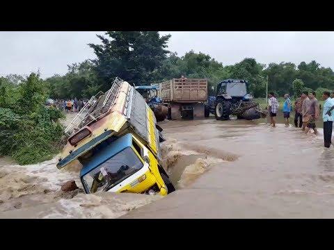 شاهد لحظة إنقاذ باص من الانجراف في الفيضانات العارمة