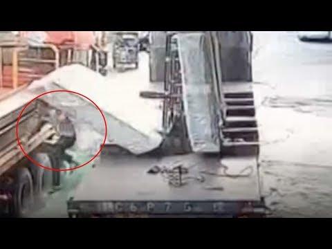 شاهد لحظة سقوط عدد من اللوحات الزجاجية على عامل صيني