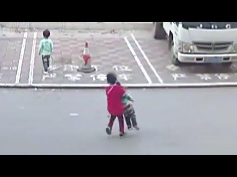 شاهد «شهامة» طفل تحرج المارة وكاميرات المراقبة تفضح الجميع