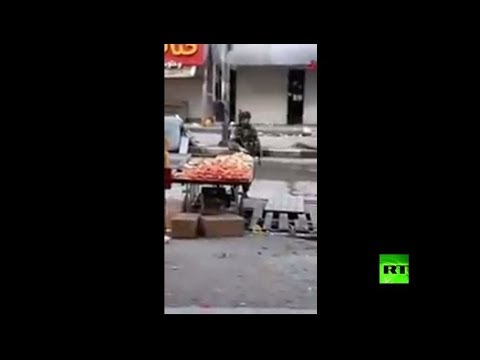 شاهد جنود إسرائيليون يسرقون فاكهة بائع فلسطيني