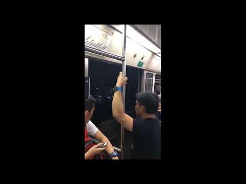 شاهد ركاب مترو يواجهون رحلة محفوفة بالمخاطر