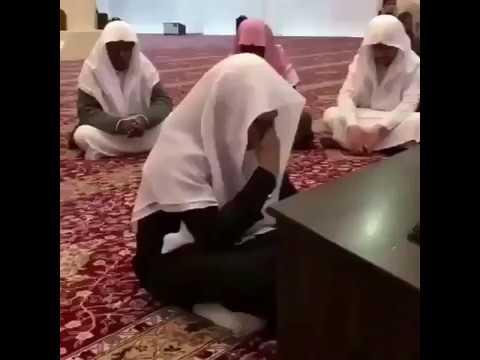 شاهد  رد فعل مؤثر لشاب حفظ القرآن بالكامل