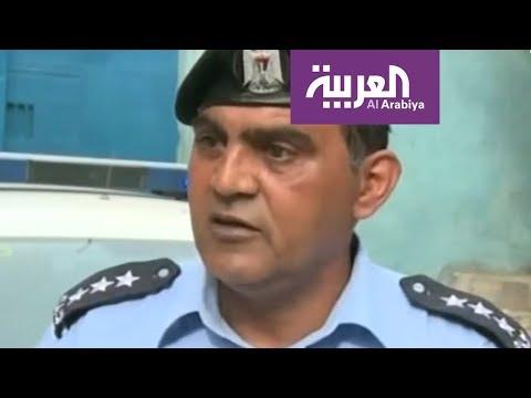 شاهد ضابط شرطة فلسطيني يغني أمام تلاميذ مدرسة