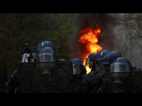 شاهدالشرطة الفرنسية تُخلي أرض مطار نوتردام دي لاند من الناشطين البيئيين