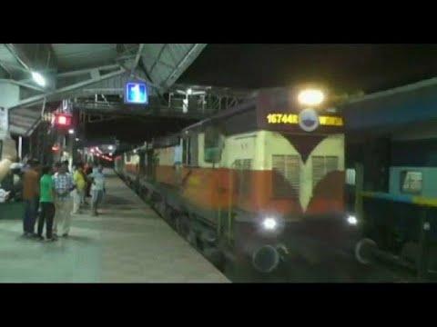 شاهد قطار هندي يسير عكس الاتجاه بحرية